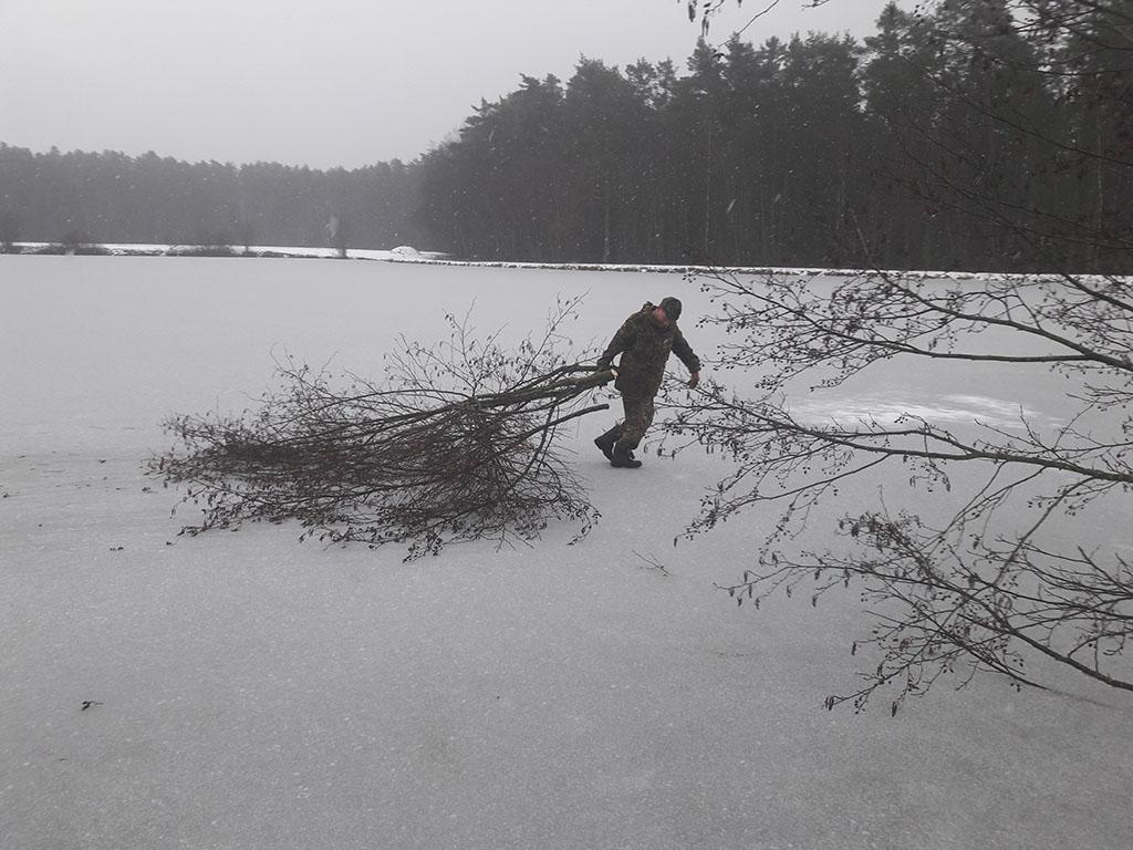 Jürgen auf dem Eis beim Aufräumen abgeschnittener Äste